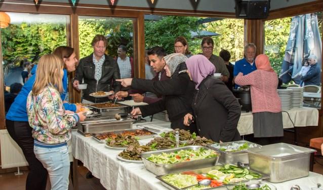 Tijdens het grense-loos eten maken verschillende culturen kennis met elkaar. Foto: Marijke Brocken-Mosheuvel