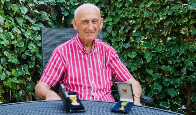 Bert van der Lans is ontzettend trots op het 70e Vierdaagsekruisje dat hij vorig jaar in ontvangst mocht nemen. Hij hoopt dit jaar voor de 71e te gaan. (Foto: Maaike van Helmond)