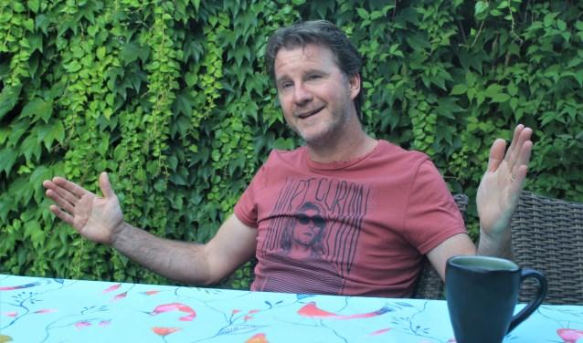 Eugène van der Heijden kan breeduit gebarend vertellen. Bij zijn terugkeer bij Waspik wil hij daar spelers beter maken. Foto: Wout Pluijmert
