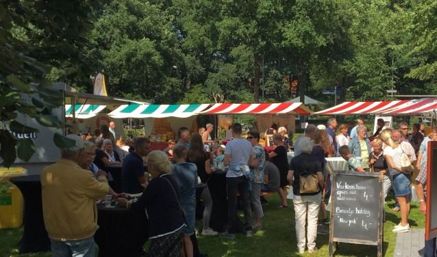 In de tuin van het dorpshuis van Vierhouten vormen de streekmarkt en de proeverij een gezellige, intieme opstelling.