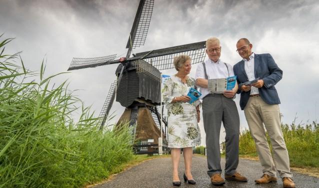 Kees de Zanger (midden) maakt beide burgemeesters wegwijs in de molenroute. (Foto Cees van der Wal).