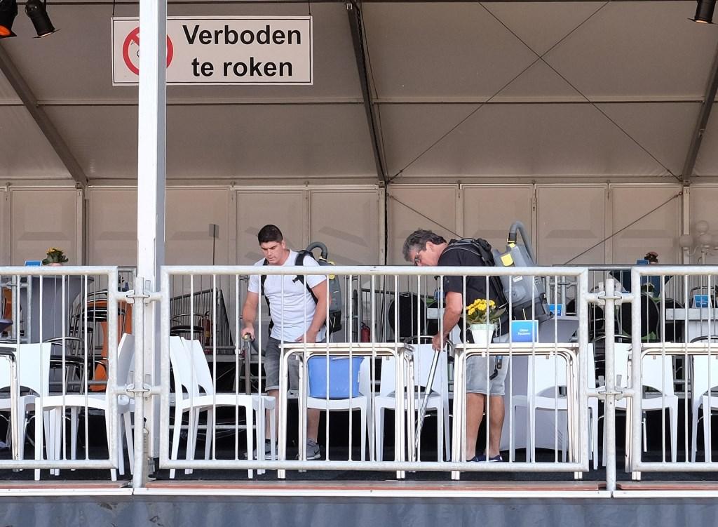 De VIP-plaatsen worden weer schoongemaakt.  © Persgroep
