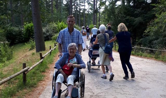 Met vrijwilliger van Check Point door dierenpark Amersfoort
