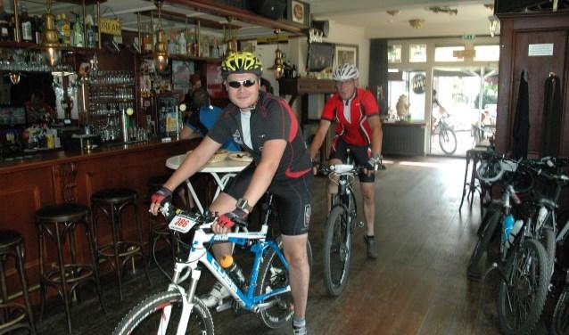 Deelnemers verkennen Wierden per fiets en komen daarbij op bijzondere locaties. Foto: Danny de Graaf.