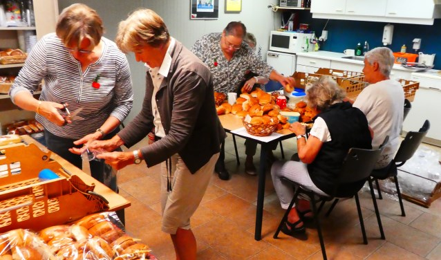 De 30 vrijwilligers stonden klaar om er een echt feest van te maken. FOTO: Janny van Eldik