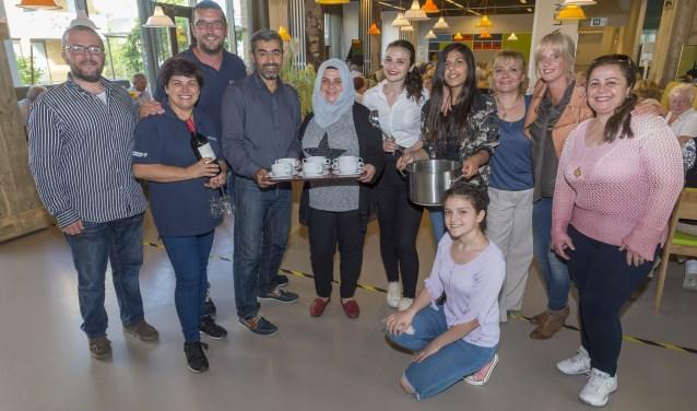 Syrische vrijwilligers in één van de vijf wijkrestaurants in Krimpen aan den IJssel. (Foto: Wijntjesfotografie.nl)