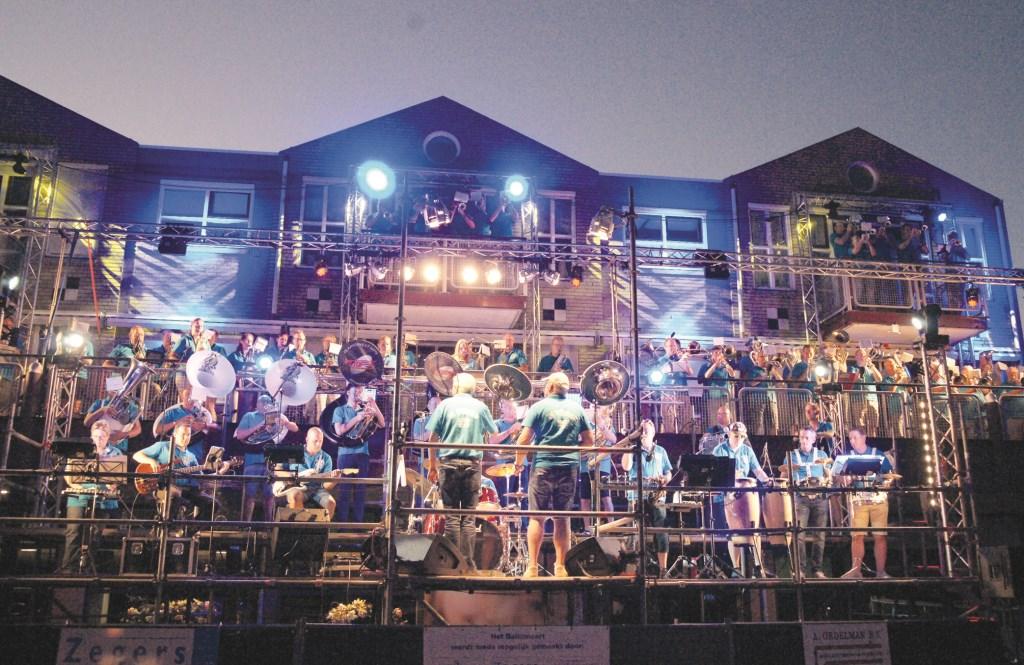 Een sfeervol beeld van het zevende Balkoncert dat zaterdag op het Dorpsplein werd gehouden.