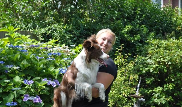 Dierenoppas Samantha met haar eigen hond Wendy: 'bij oppas aan huis blijft een dier lekker thuis' FOTO: Julie Houben