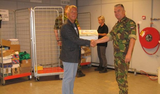 De overgave van de doos met enveloppen aan de commandant MPO, Kap Henk de Ruijter door één van de bestuursleden van de VVZ, Lkol (bd) Jef Bolders op de militaire postlocatie in Utrecht.