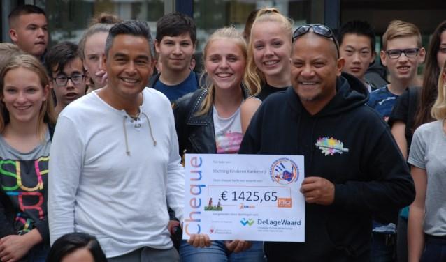 Dhr. G. Pieters (docent CSG De Lage Waard) overhandigt cheque aan Stichting Genesis Foundation