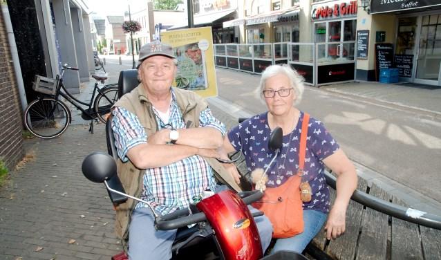Echtpaar De Vries: ,,Het is goed dat er eindelijk iets gebeurt in de Marktstraat.'' (foto Gert Perdon)