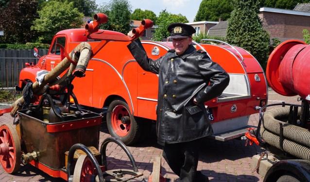 Brandweercommandant Gerrit Hardeman met een Opel-Blitz brandweerwagen uit de jaren 50 en een historische handpomp.
