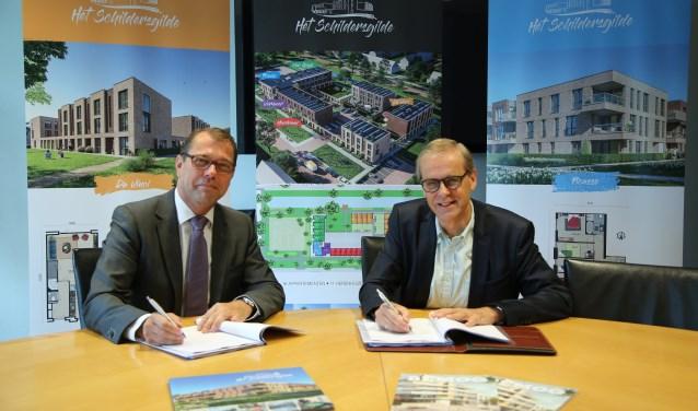 Ed Bulder namens directeur Stefan van Dijk (Bemog Projektontwikkeling B.V.) en wethouder Tymon de Weger (gemeente Woerden) onderteken de koop-realisatieovereenkomst.