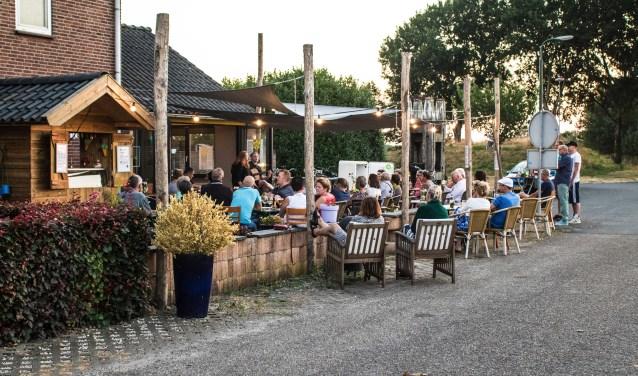 Het eerste Zondagzomeravondconcert bij De Meerstoel op 22 juli; een huiskamerconcert op het terras.  (foto: De Meerstoel)