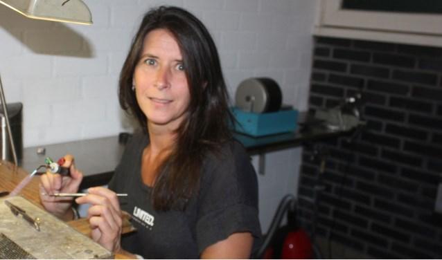 Meester-goudsmid Nancy Postuma in haar atelier aan de Loswal in Wapenveld waar ze sinds kort is gevestigd. Ze werkt op afspraak in haar atelier maar ook aan huis.