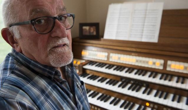 Wim van de Kamp uit Elst voelt zich helemaal thuis achter het orgel. Hij is al zestig jaar organist in verschillende kerken. (foto: Ellen Koelewijn)