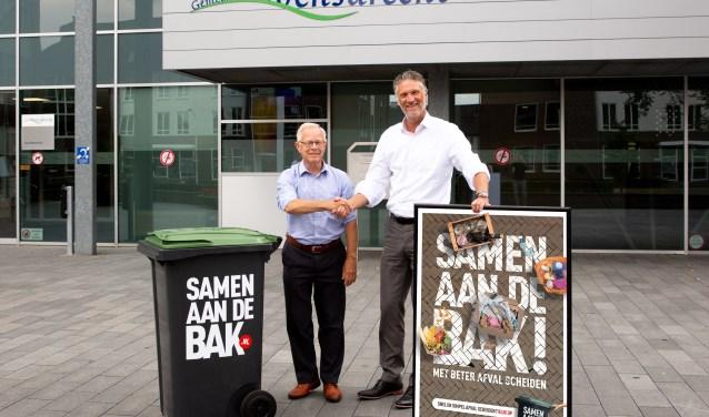 Wethouder Henk Kielman van Woensdrecht (links) en Pascal de Klerk, adjunct-directeur van Saver, wensen elkaar succes. FOTO: SANDER DIRCKEN