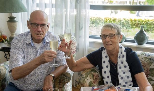 Op deze heugelijke dag werd een glas champagne gedronken. (Foto: Ronald Kersten Fotografie)