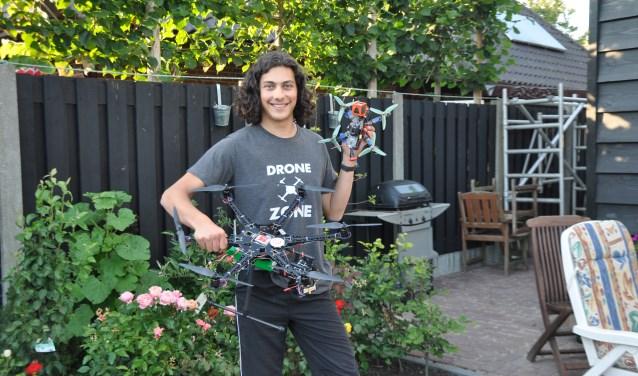 Jimmy Hage met zijn twee zelfgebouwde drones.