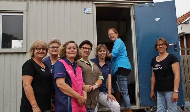 Locatiemanager Desirée Hobbelen (in de deuropening) en zes medewerkers van het Zonnelied bij 'de keet'.Foto: Alie Bakkenes