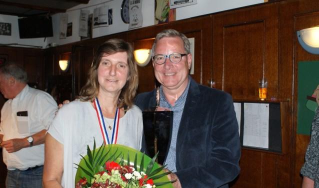Wethouder René Jansen met de winnares van het Damesbiljarttoernooi in De Herberg: Jacqueline Kennekens
