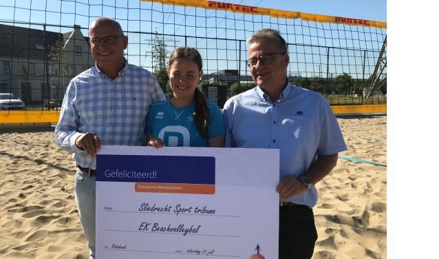Vlnr: Marco van Zuijdam, Amalia Panjoti en Sliedrecht Sport-voorzitter Cees Boer bij de prijsuitreiking. (Foto: Sliedrecht Sport)
