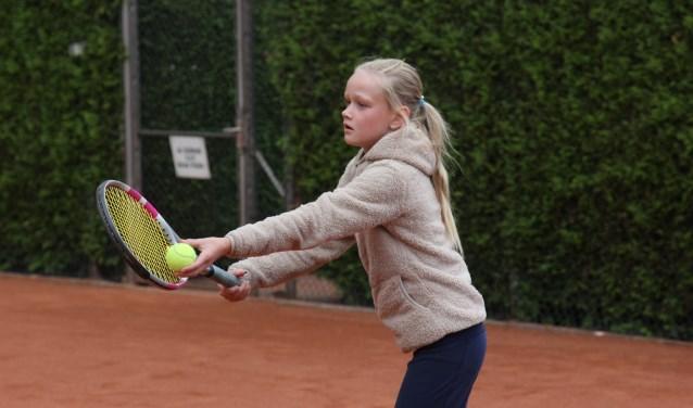 De service is het wapen van tennistalent Mies Hoeben uit Sint Anthonis. (foto: Simone Swinkels)