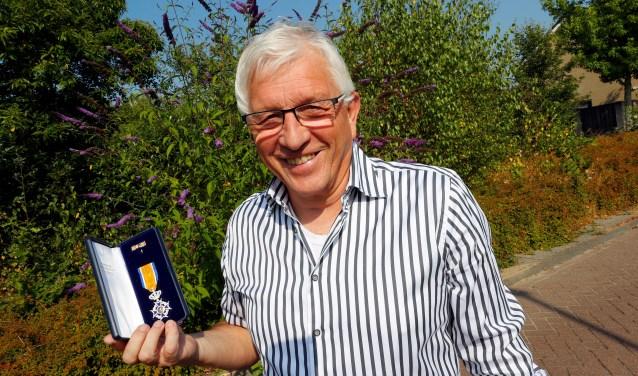 Ab Hofman is 26 jaar politiek actief geweest. En daarvoor heeft hij een koninklijke onderscheiding gekregen.  FOTO: Bert Jansen.