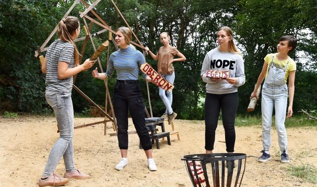Theaterfabriek Gekkoo brengt 'Nachtdroom' in het Ferrobos. Vlnr: Menthe, Pien, Resa, Gerianne en Maureen. (foto: Roel Kleinpenning)
