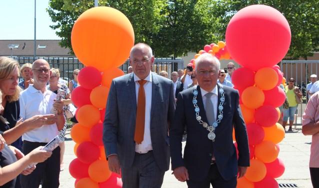Burgemeester Dirk van der Borg en secretaris-generaal Erik Gerritsen op weg naar de openingshandeling. (Foto: Ria Scholten)