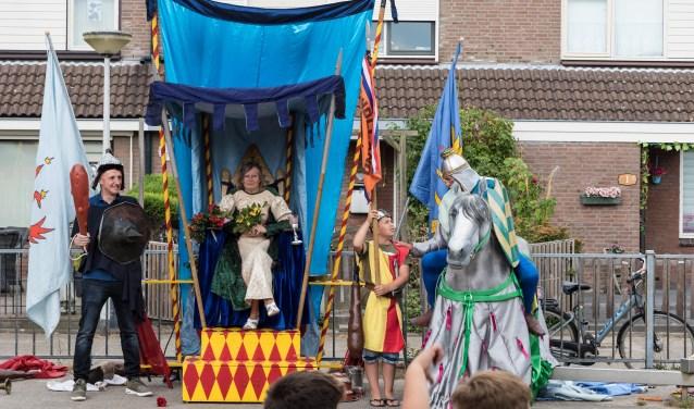 De jonkvrouwe kijkt op haar troon naar het ridderspel.