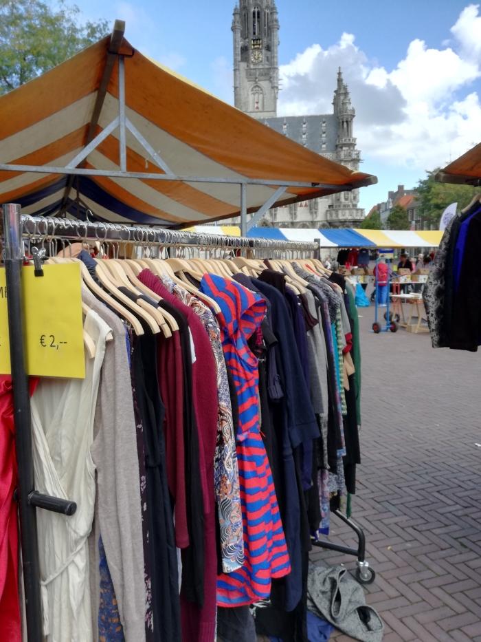 kledingverkoop op de markt in Middelburg. Marisca van der Rande