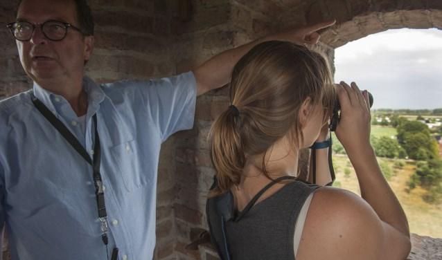 Willy Rosmulder geeft een bezoekster van de spietoren van Kasteel Doornenburg aan op welke zaken ze moet letten. (foto: Ellen Koelewijn)