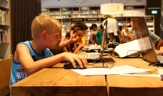 Kinderen editen hun flimpjes op de werkplaats van de bibliotheek. (Foto: Margriet van Dam)