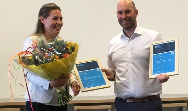 Het certificaat PSO werd uitgereikt door Marian Knuijsting bestuurder PSO Nederland aan wethouder Boaz Adank. FOTO : PR