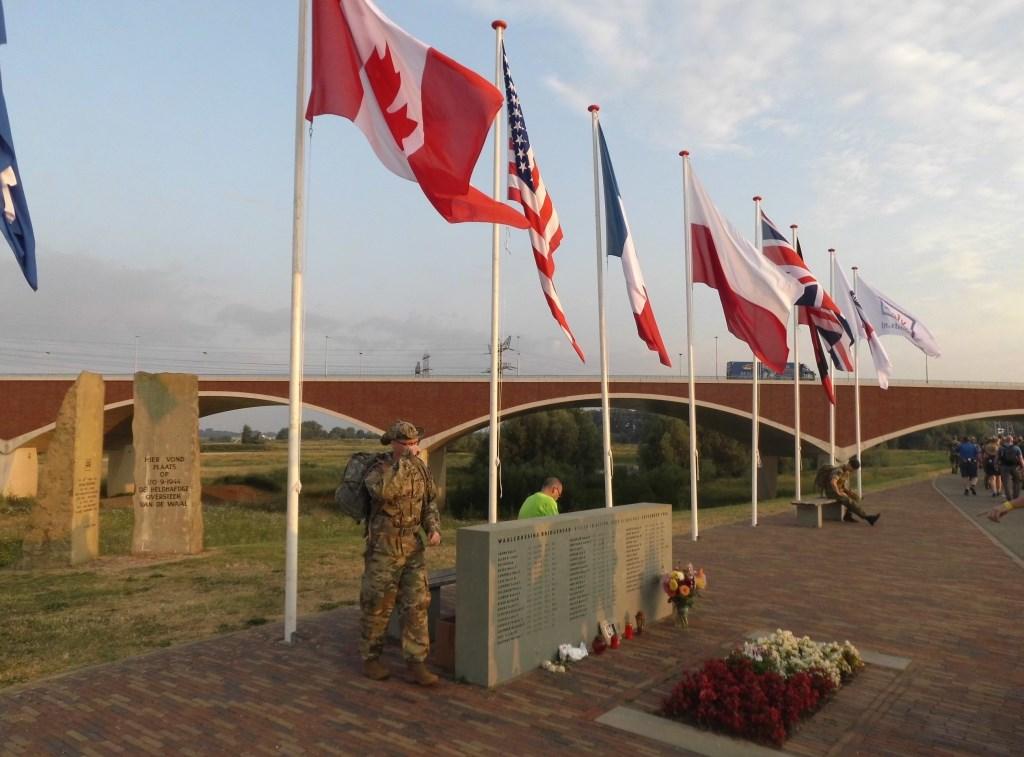 Monument van omgekomen Amerikaanse militairen bij de brug 'de overtocht' aan de dijk van Nijmegen naar Oosterhout.  © Persgroep