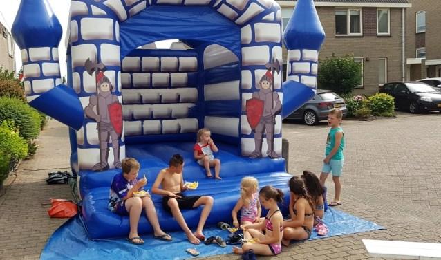 Met een springkussen, de nodige spelletjes waaronder sjoelen en Twister werd het een straatfeestje waar iedereen op hoopte.