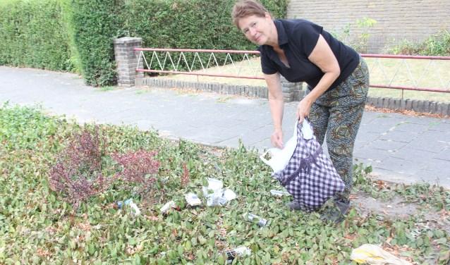 Joke van Dal is raapt tijdens haar bijna dagelijkse wandelingen de rommel op die door anderen wordt weggegooid. Foto: Wendy van Lijssel