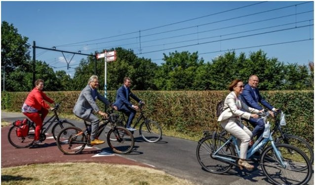Vlnr.: Liesbeth Grijsen (gemeente Deventer), Jos Penninx (gemeente Voorst), Wim Willems (gemeente Apeldoorn), Bea Schouten (Provincie Gelderland) en Bert Boerman (Provincie Overijssel) fietsen over een deel van de snelfietsroute. (Foto: Miriam )Kisters