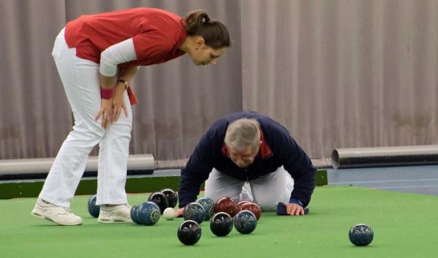 Bowls is niet moeilijk en kan zowel door vrouwen als mannen tot op hoge leeftijd beoefend worden.