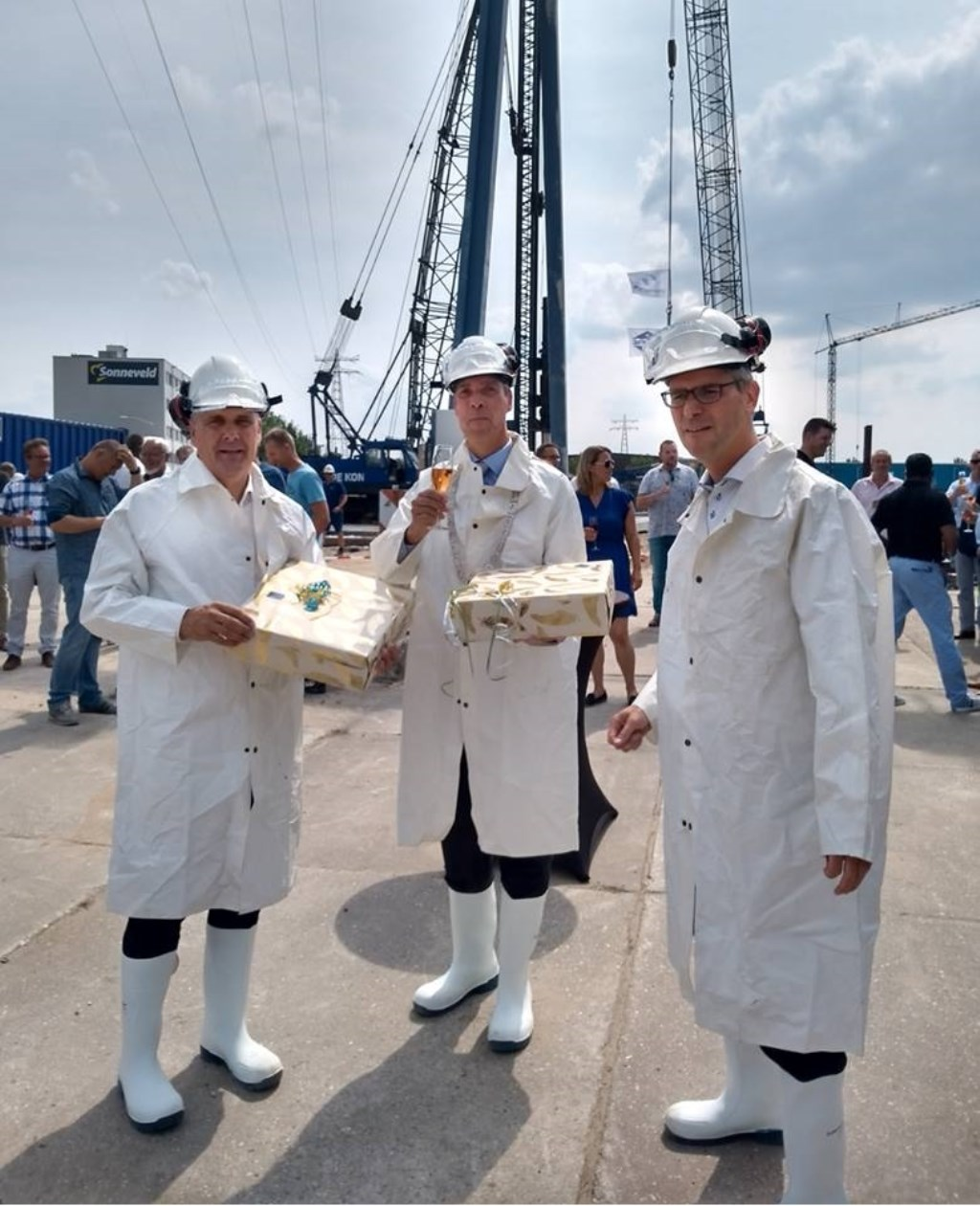 Dirk Jan Teeuw, directeur van Gebr. De Koning, Arjen Dekker, directeur van Scheepswerf Slob en burgemeester Moerkerke. Foto: Gebr. De Koning © Persgroep