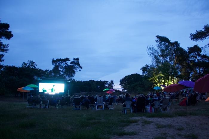 film kijken in de avond lid van Rotary © Persgroep