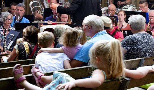 Jong en oud genieten van het sprookjesconcert van KSW in het Openluchttheater. Foto: Jan Broekman.