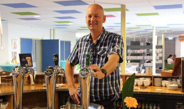 Marc de Bruijn stuurt medewerkers en vrijwilligers van De Lèghe Polder aan en treedt zelf geregeld als barman op. FOTO: Jan Hermens