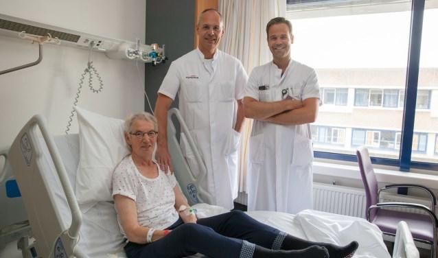 patiënt mevrouw Denis en cardiologen Van der Heyden (l) en Swaans (r). Foto: Antonius Ziekenhuis