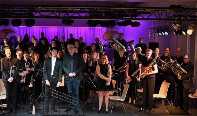 fanfareorkest met dirigenten Gert vd Weide en Wim Steenbakker
