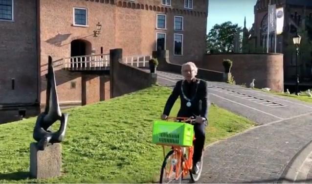 Burgemeester Victor Molkenboerheeft het voortouw genomen en een filmpje gemaakt voor Kasteel van Woerden.