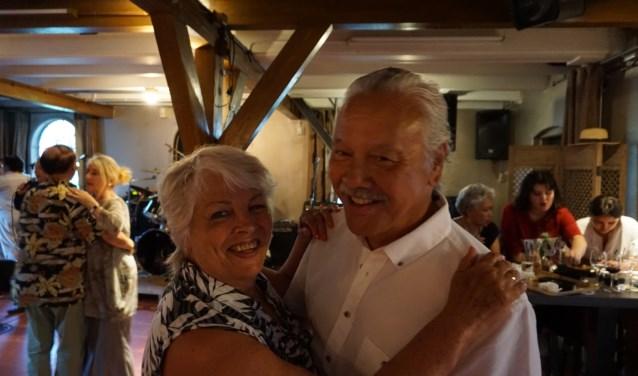 VVGV-leden Roy en Conny Emmel genieten zichtbaar op het zomerfeest. (foto Annemarie de Vries)