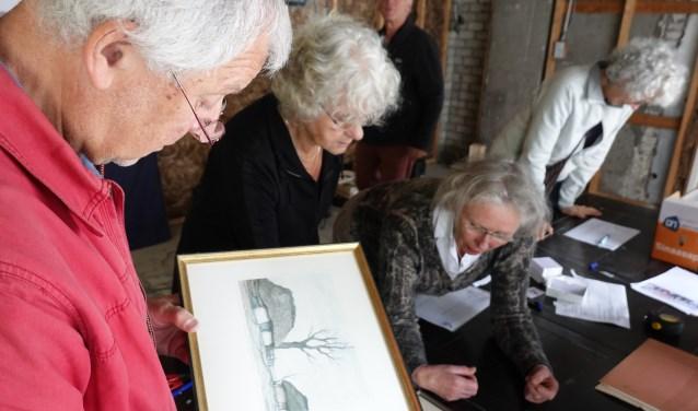 Het was druk bij het aanbrengen van kunst voor de grote Kunst- en dienstenveiling die wordt gehouden op 21 september .