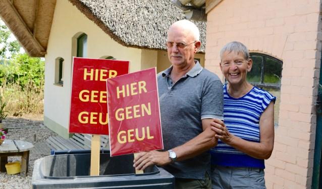 Arie en Annie van Kekem zijn blij dat hun Betuwse boerderij niet in de vaargeul zal verdwijnen. De protestborden gaan naar de Avri. (Foto's en tekst : Cees Hoogteyling)